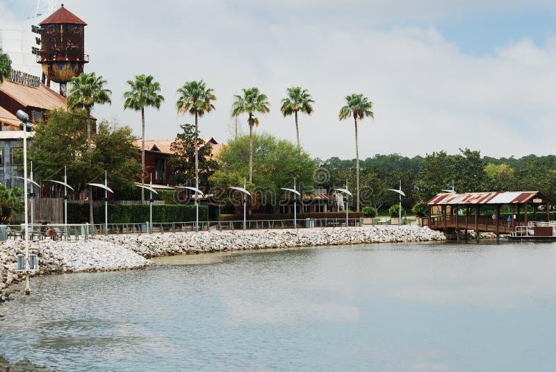 La palmera alineó la charca en las primaveras de Disney en Disney céntrico Orlando, la Florida fotografía de archivo libre de regalías
