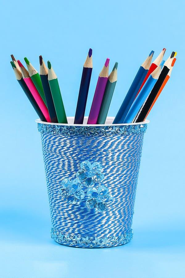 La panna acida di vetro di plastica del supporto della matita di Diy, yogurt ha avvolto il fondo blu del filo immagini stock