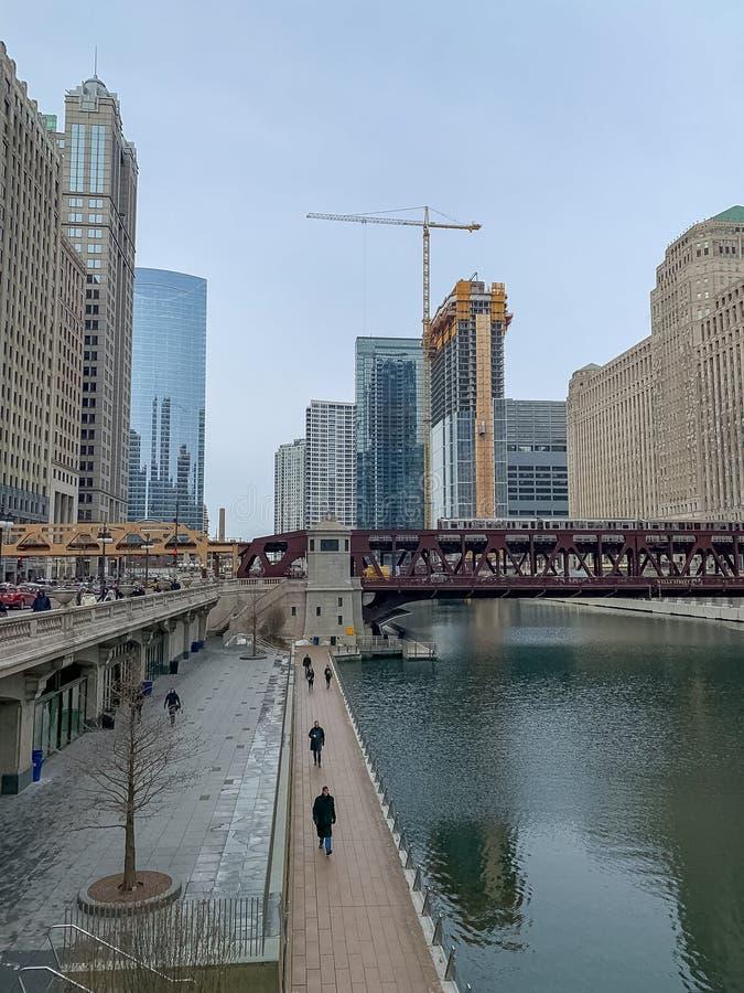 La panoramica di Chicago River congelato, dell'azionamento superiore di Wacker e dell'incrocio del treno di EL scaturisce via fotografie stock