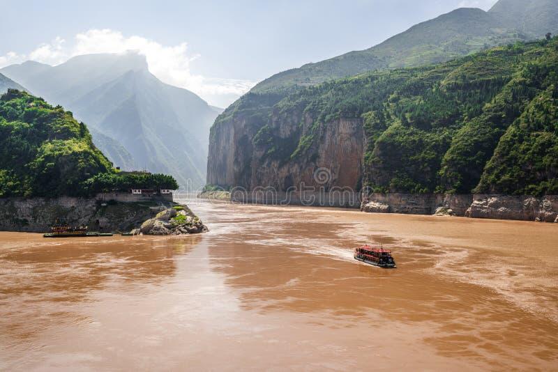 La panoramica sul gorge di Qutang mostra la prima delle tre gorge con vista sul fiume Yangtze e barca dal villaggio di baidicheng fotografia stock libera da diritti