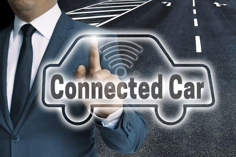 La pantalla táctil auto conectada del coche es actuada por el hombre fotos de archivo libres de regalías