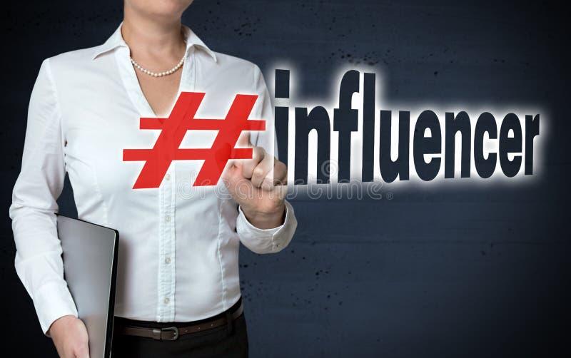 La pantalla táctil de Influencer es mostrada por la empresaria fotografía de archivo