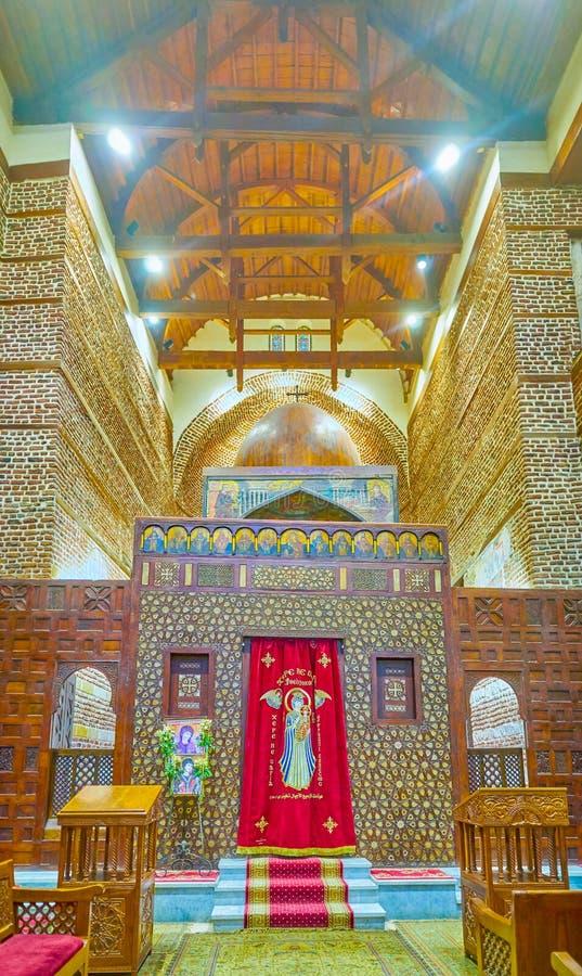 La pantalla tallada del santuario en St Barbara Church en El Cairo, Egipto foto de archivo