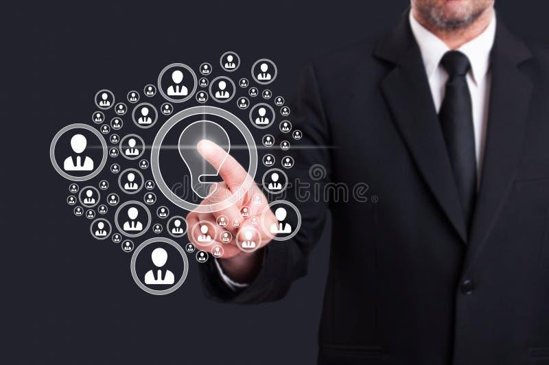 La pantalla virtual conmovedora del director empresarial con el social entra en contacto con el ic fotos de archivo libres de regalías