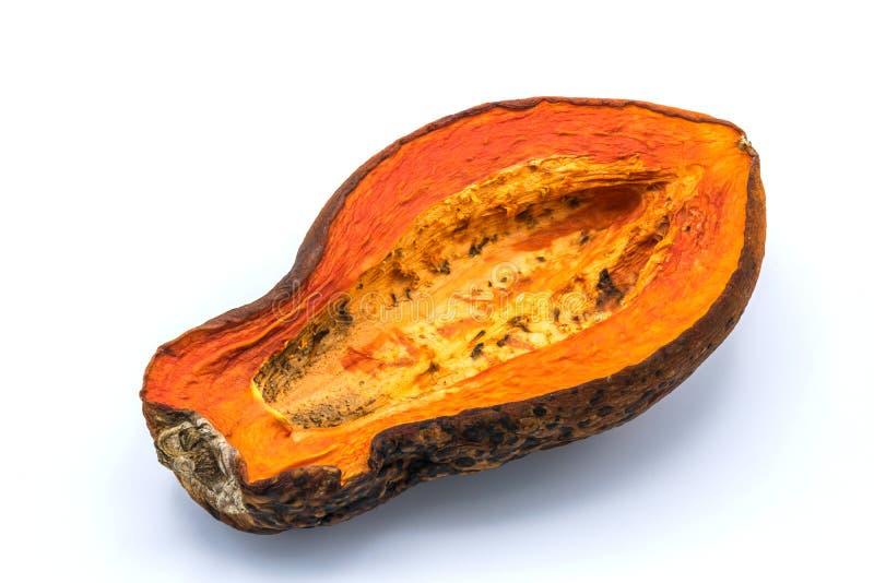 La papaya es amarillo-naranja maduro Fue mantenido tan putrefacto y mohoso en fondo blanco aislado imagen de archivo libre de regalías
