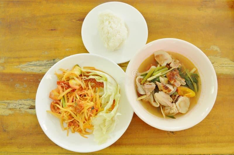 La papaye épicée thaïlandaise avec de la salade marinée de moule et la soupe rôtie bouillie à Tom Yum de poulet mangent du riz co images libres de droits