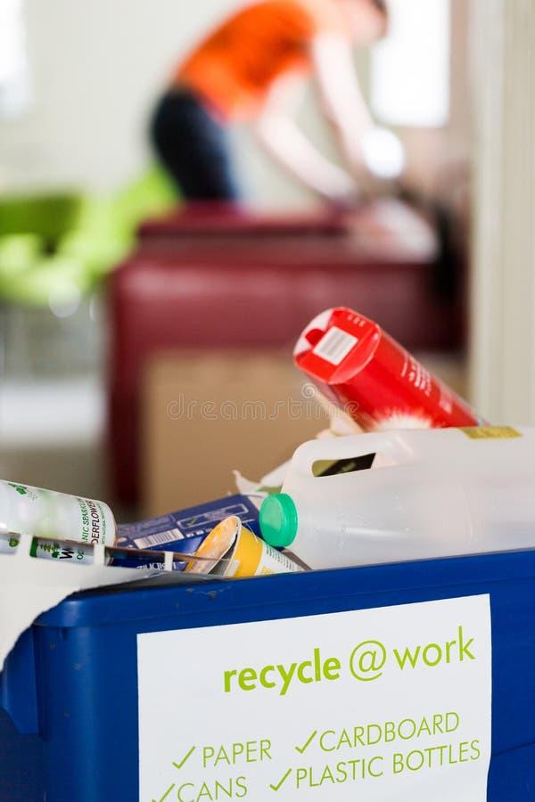 La papelera de reciclaje azul para recicla en el trabajo imagen de archivo libre de regalías