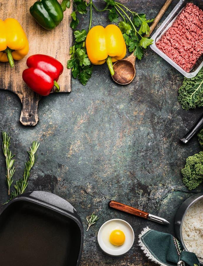 La paprika colorida de Bell sazona el relleno con pimienta de la preparación con cocinar los ingredientes: carne de tierra, huevo imagen de archivo libre de regalías