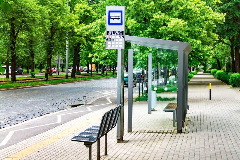 La parada de autobús de la ciudad, vacia la parada con las muestras, transporte público foto de archivo libre de regalías