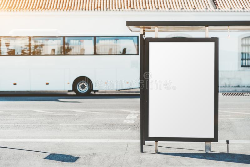 La parada de autobús con una maqueta del cartel foto de archivo