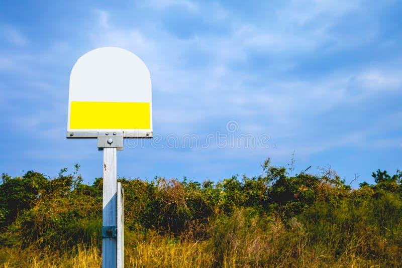 La parada de autobús firma adentro el cielo azul fotografía de archivo libre de regalías