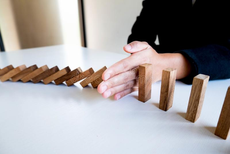 La parada de la mano de la mujer bloquea la madera para proteger otro, el riesgo del concepto de gestión y el plan de la estrateg imagenes de archivo