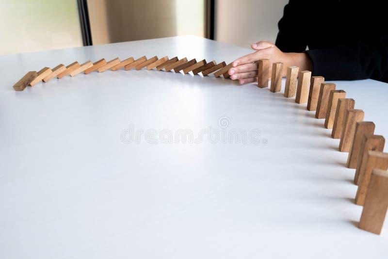La parada de la mano de la mujer bloquea la madera para proteger otro, el riesgo del concepto de gestión y el plan de la estrateg imágenes de archivo libres de regalías