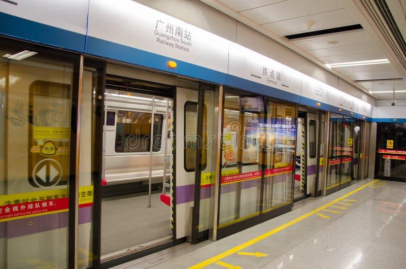 La parada del metro en la estación de metro imágenes de archivo libres de regalías