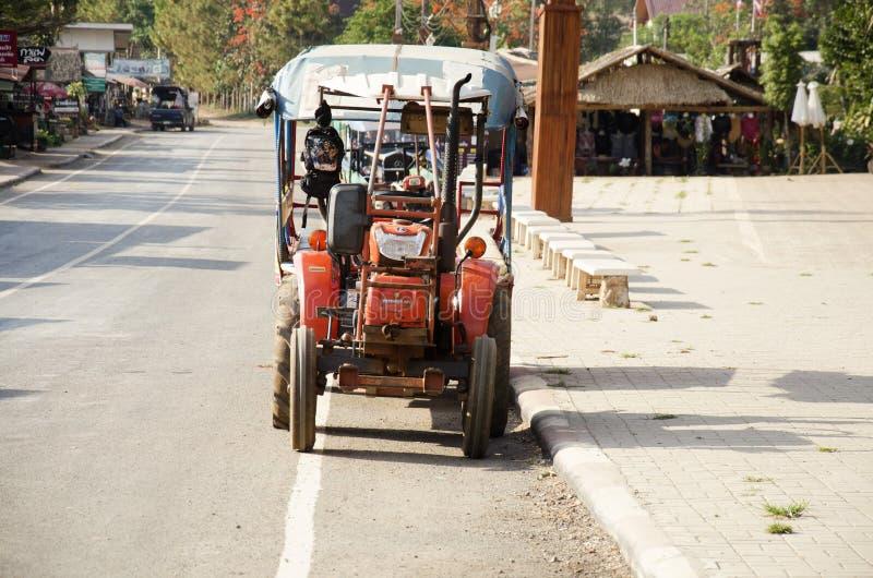 La parada del tractor y del remolque espera a gente de los viajeros en el ` s Kunming de Suan Hin Pha Ngam o de Tailandia imágenes de archivo libres de regalías