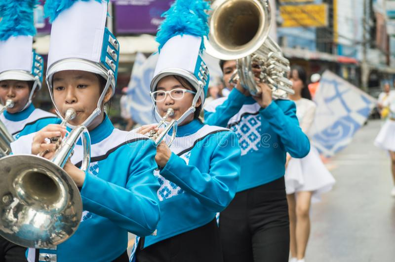 La parata principale di festival della candela della fanfara ha sfoggiato intorno alla città di Chiang Rai immagini stock libere da diritti