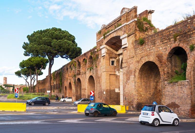 La pared antigua del palacio de Lateran en Roma fotos de archivo