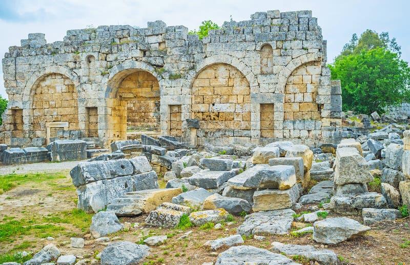 La pared arruinada en Perge imagen de archivo libre de regalías