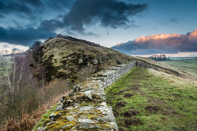 La pared de Hadrian sobre los riscos de Cawfield fotos de archivo libres de regalías