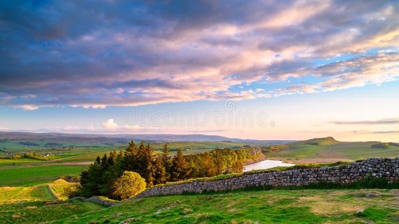 La pared de Hadrian y lago del risco imagen de archivo