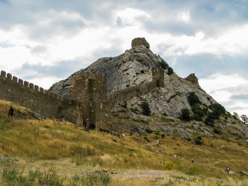 La pared de la fortaleza en las montañas crimeas fotografía de archivo
