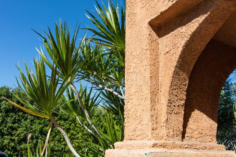 La pared de la piedra arenisca en un fondo de la vegetación foto de archivo libre de regalías