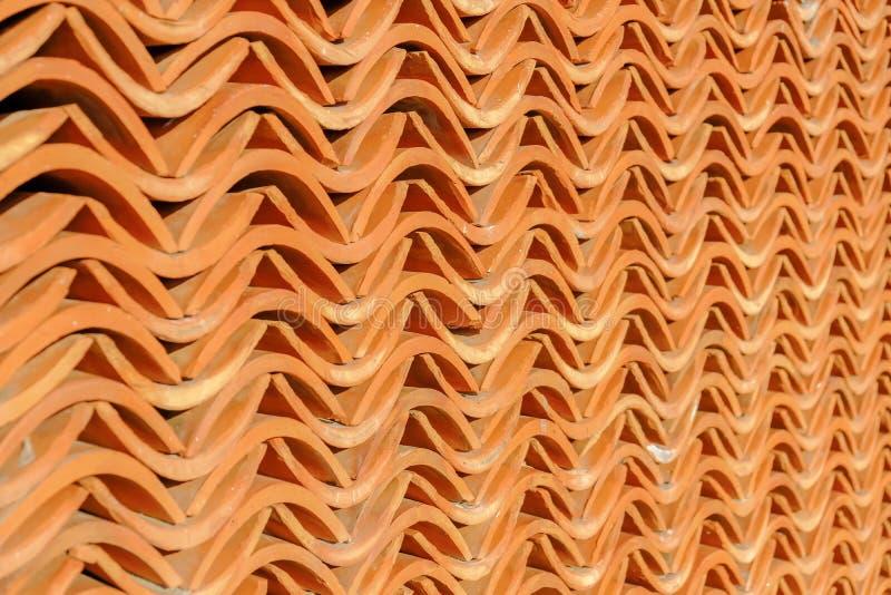 La pared de ladrillo rojo marrón, pequeño modelo rizado apilado sobre varios pared, adorna el edificio imagen de archivo libre de regalías