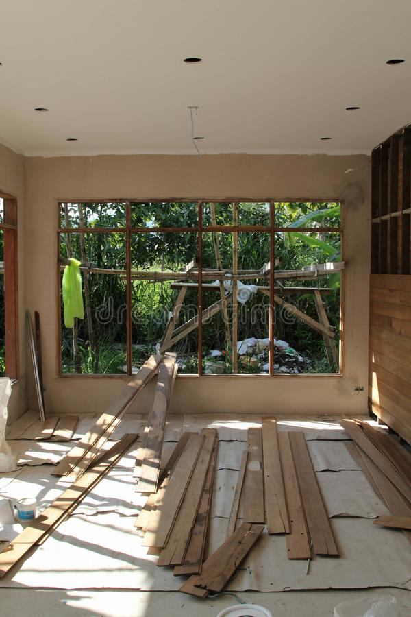 La pared de ladrillo se cubre con los paneles de madera está bajo construcción foto de archivo