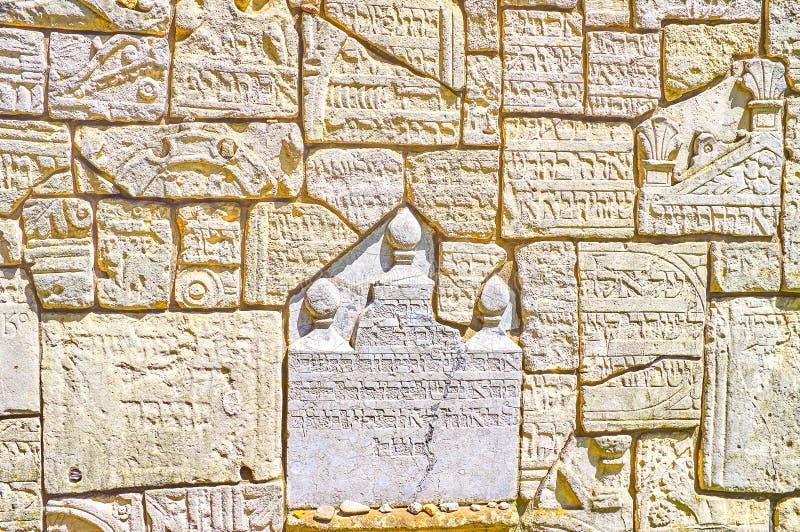 La pared de los fragmentos arruinados de las piedras sepulcrales en el cementerio de Remah en Kraków, Polonia imágenes de archivo libres de regalías