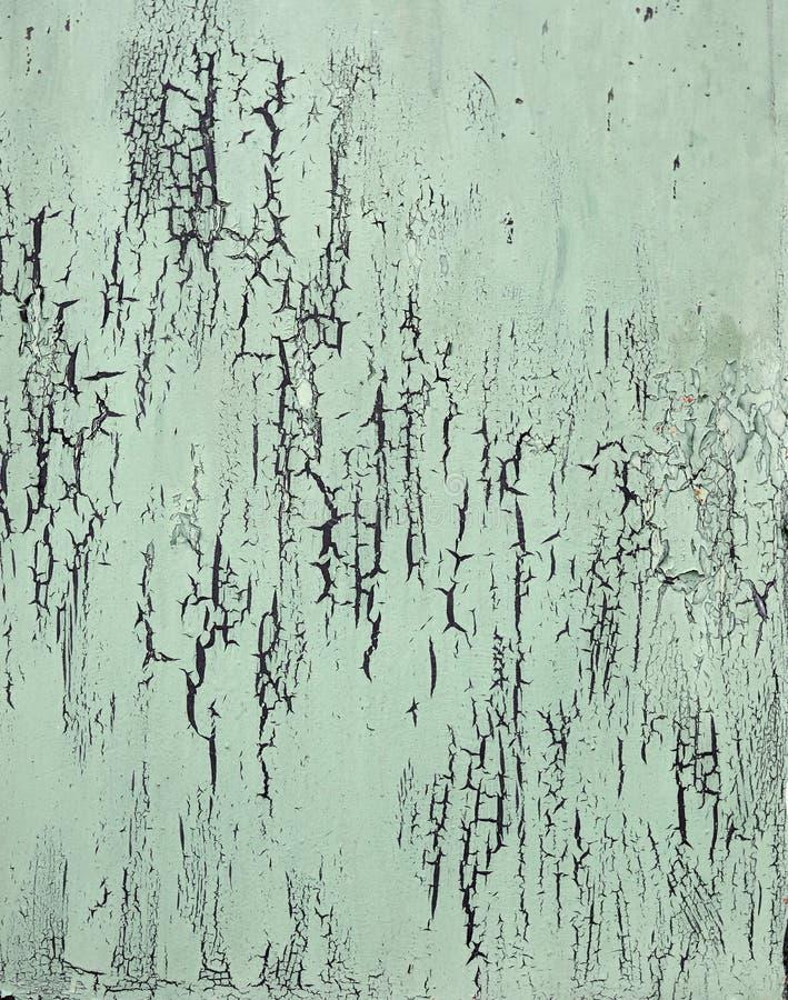La pared de madera con la pintura blanca se resiste seriamente y peladura imagen de archivo libre de regalías