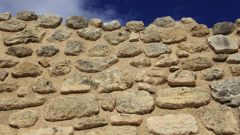 La pared de piedra antigua fácil pero se estabiliza imagen de archivo libre de regalías