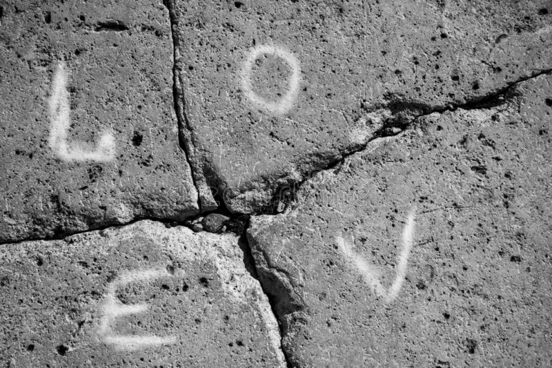 La pared de piedra gris oscuro, matrimonio de la inscripci?n se rompi? para arriba foto de archivo