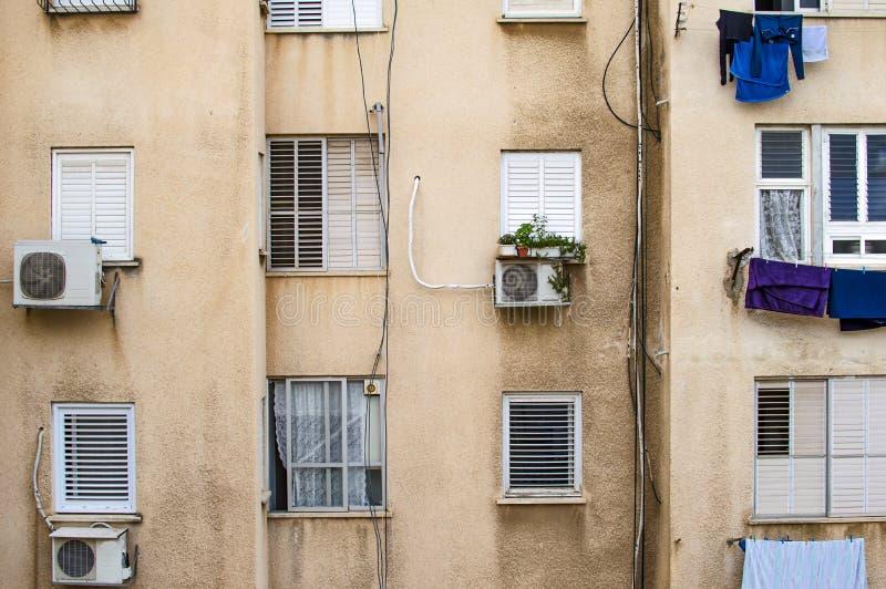La pared de un edificio de apartamentos imagen de archivo libre de regalías
