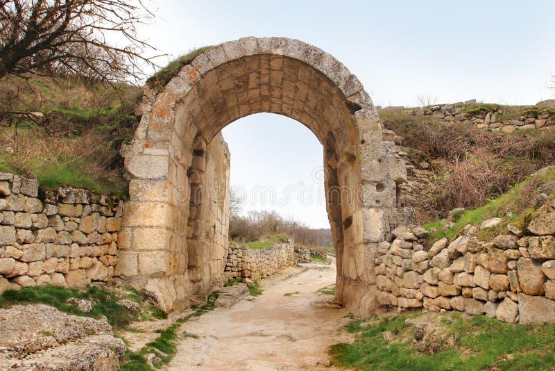 La pared defensiva central con la puerta de Orta Kapu en Chufut-col rizada fotografía de archivo libre de regalías
