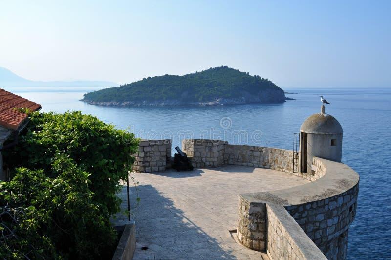 La pared, el mar y la isla fotos de archivo