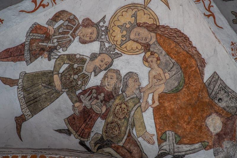 La pared-pintura antigua, unos de los reyes magos trae el oro, el incienso y la mirra a Jesús, el rey de los judíos fotos de archivo