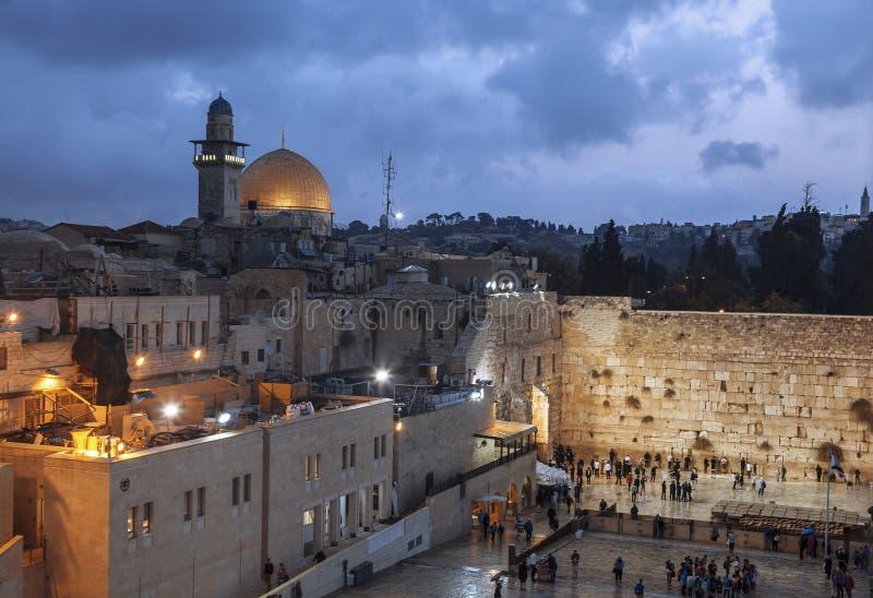 La pared que se lamenta y la bóveda de la roca en la ciudad vieja de Jerusalén n la tarde fotos de archivo
