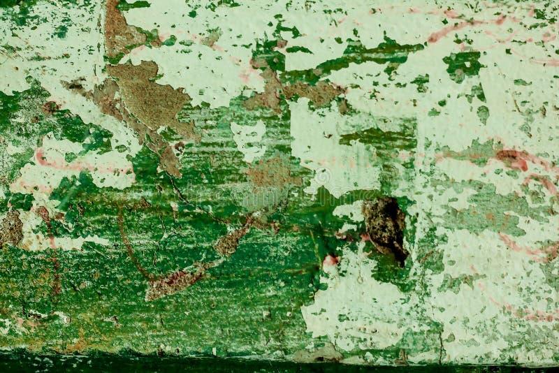La pared vieja del cemento con verde comenzó a pelar apagado imagen de archivo libre de regalías