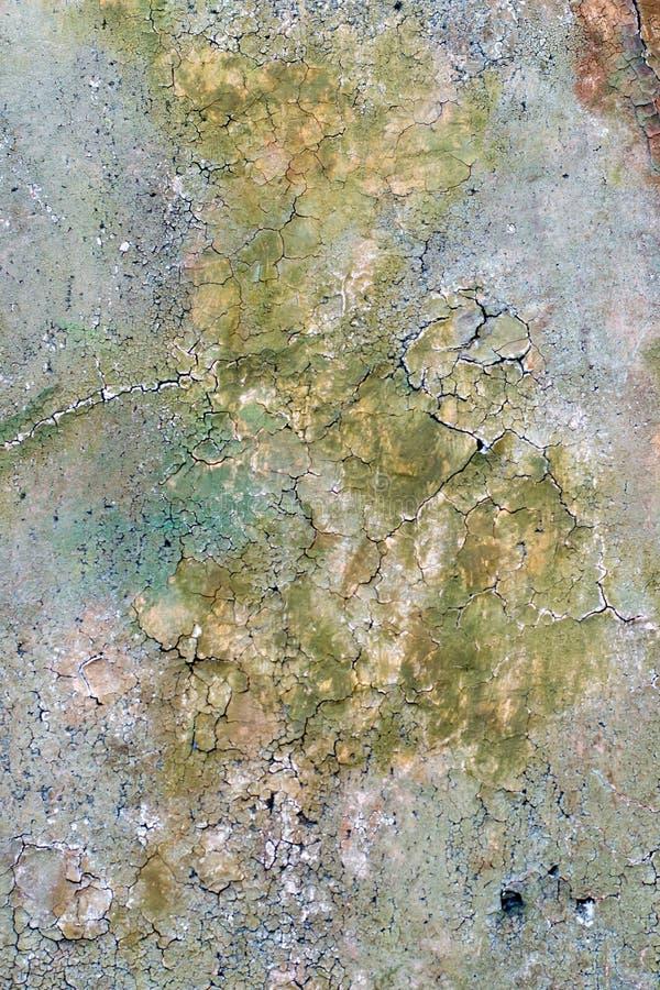 La pared vieja se pinta con una pintura multicolora se irradie que, fondo imagen de archivo libre de regalías