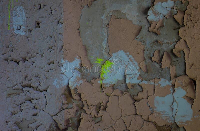 La pared vieja y agrietada de un edificio, lugares perdidos fotografía de archivo