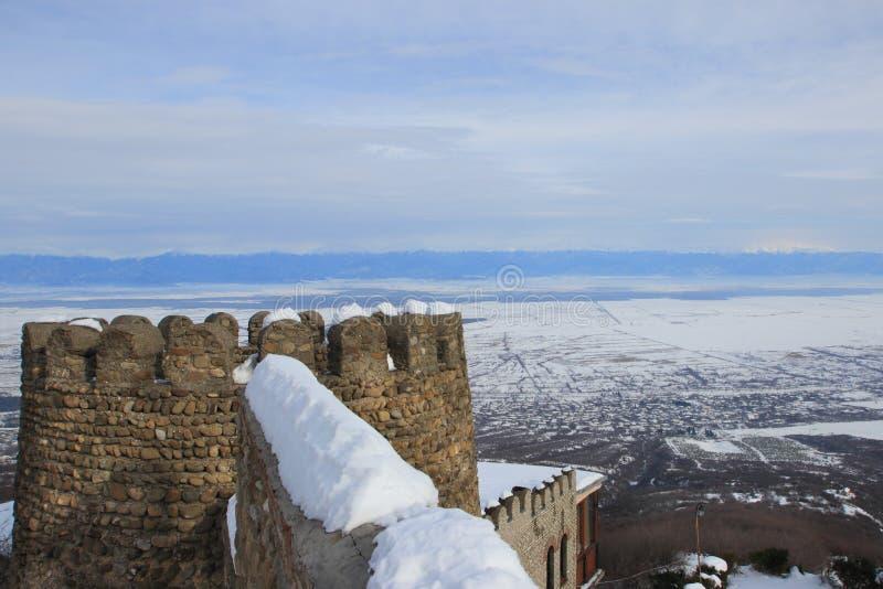La pared y la torre del castillo en la ciudad de Sighnaghi en invierno fotos de archivo