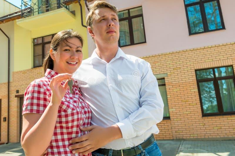 La pareja casada feliz ha comprado un nuevo hogar fotografía de archivo