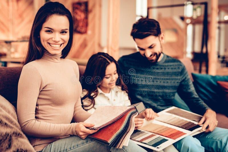 La pareja con la hija fue a la tienda de muebles imagenes de archivo
