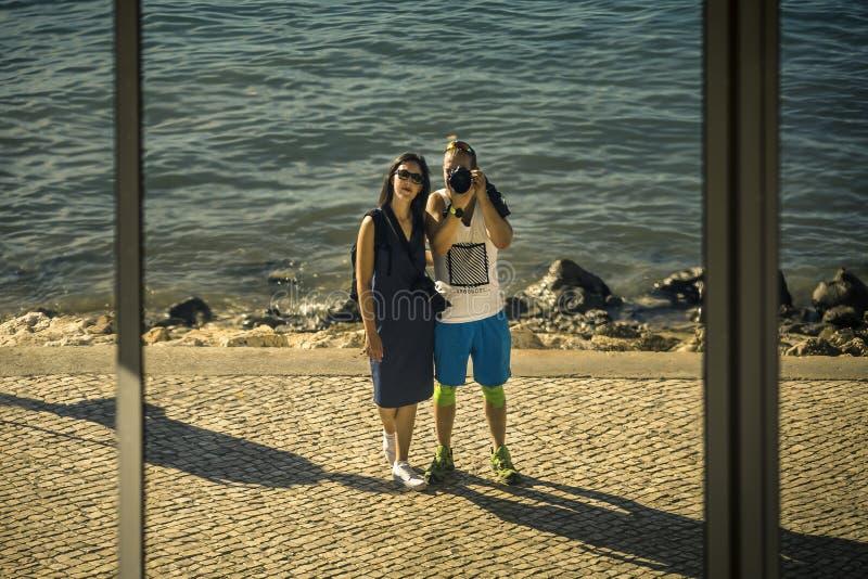 La pareja de matrimonios joven, apenas está caminando alrededor de la ciudad de Lisboa, Portugal imagenes de archivo