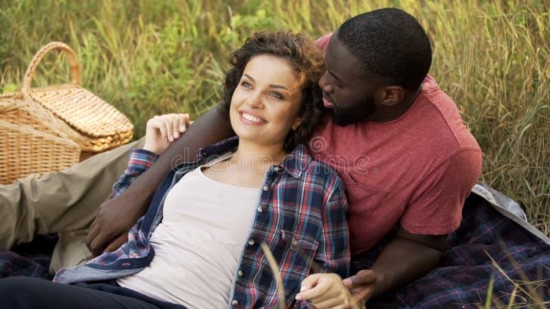 La pareja de matrimonios miente junta en parque público y sueño sobre el matrimonio futuro fotos de archivo libres de regalías