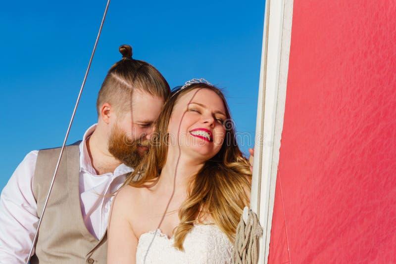 La pareja joven acaba de casarse en un velero imágenes de archivo libres de regalías