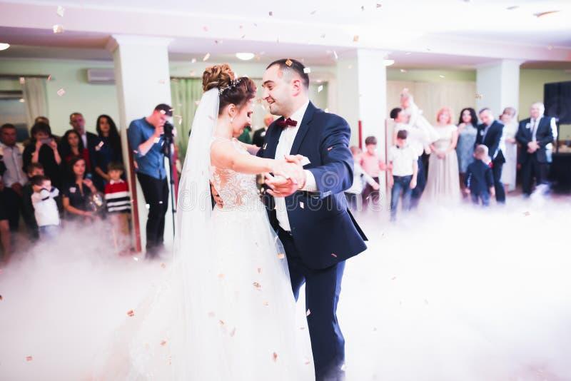 La pareja que se casaba hermosa acaba de casarse y bailando su primera danza foto de archivo
