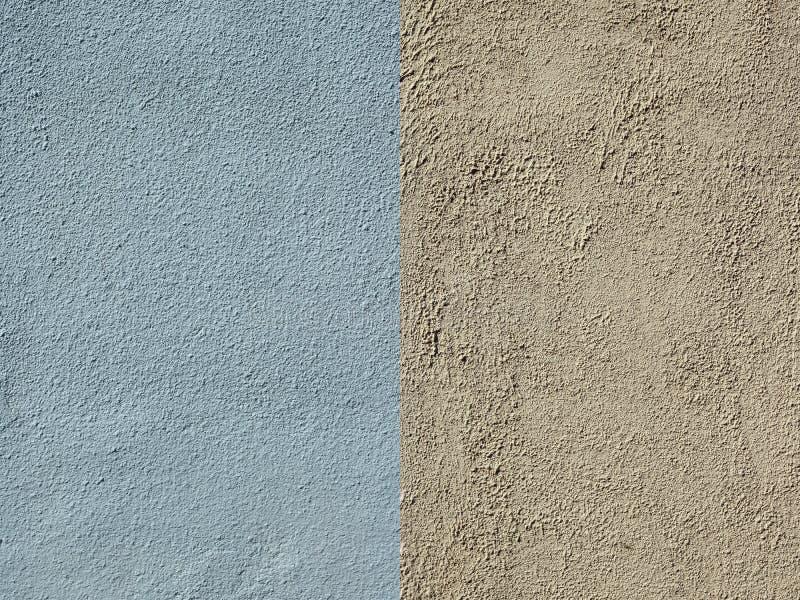 La parete è coperta di gesso strutturato blu e giallo fotografia stock libera da diritti