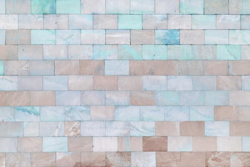 La parete è fatta di turchese di marmo ed impallidisce le mattonelle marroni Bella struttura di pietra Priorità bassa vuota fotografia stock libera da diritti