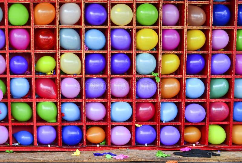 La parete dei palloni, alcuni ha schioccato Gioco del dardo di carnevale fotografie stock